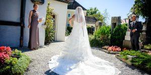 Braut wartet vor Kirche, Hochzeitsreportage München