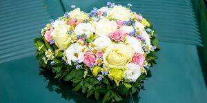 Blumendeko auf Brautauto von Hochzeitsfotograf München