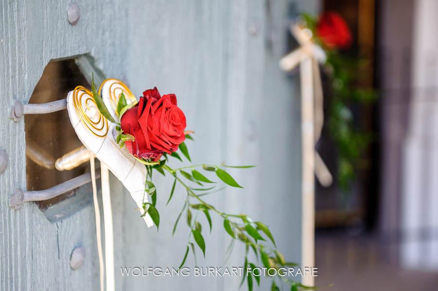 Hochzeits-Fotografie Tegernsee, Blumen-Schmuck in der Kirche