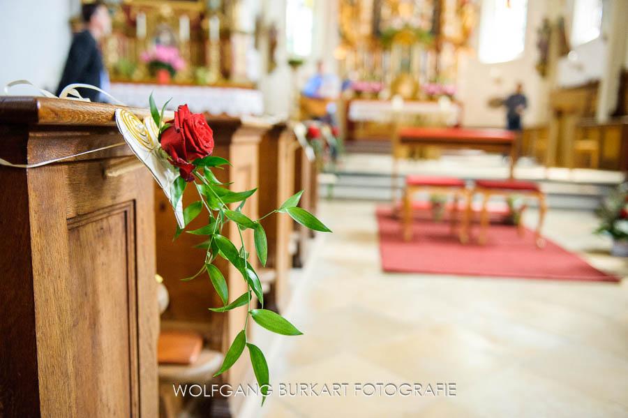 Hochzeits-Fotograf Tegernsee, Blumen-Schmuck in der Kirche