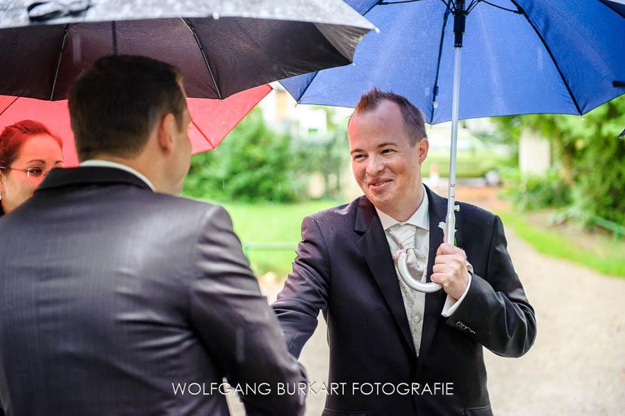 Hochzeit Fotograf München Pasing, Bräutigam mit Schirm