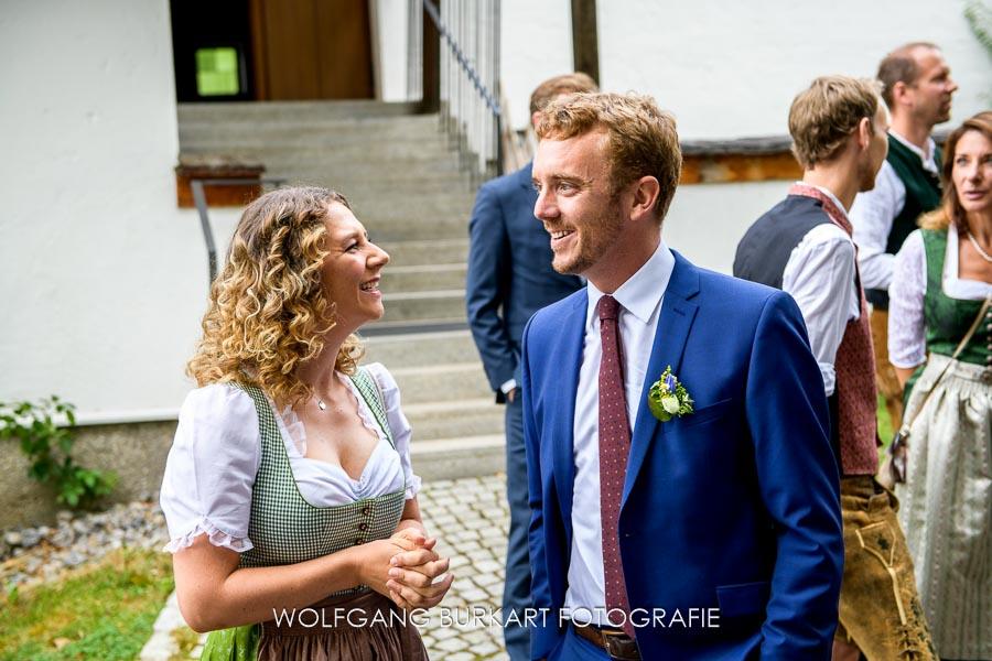 Hochzeits-Fotograf München, Bräutigam wartet vor der Kirche