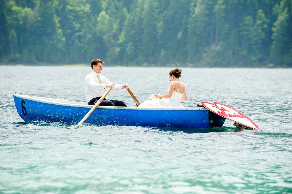 Foto von Bräutigam und Braut im Ruderboot bei Hochzeit in Garmisch