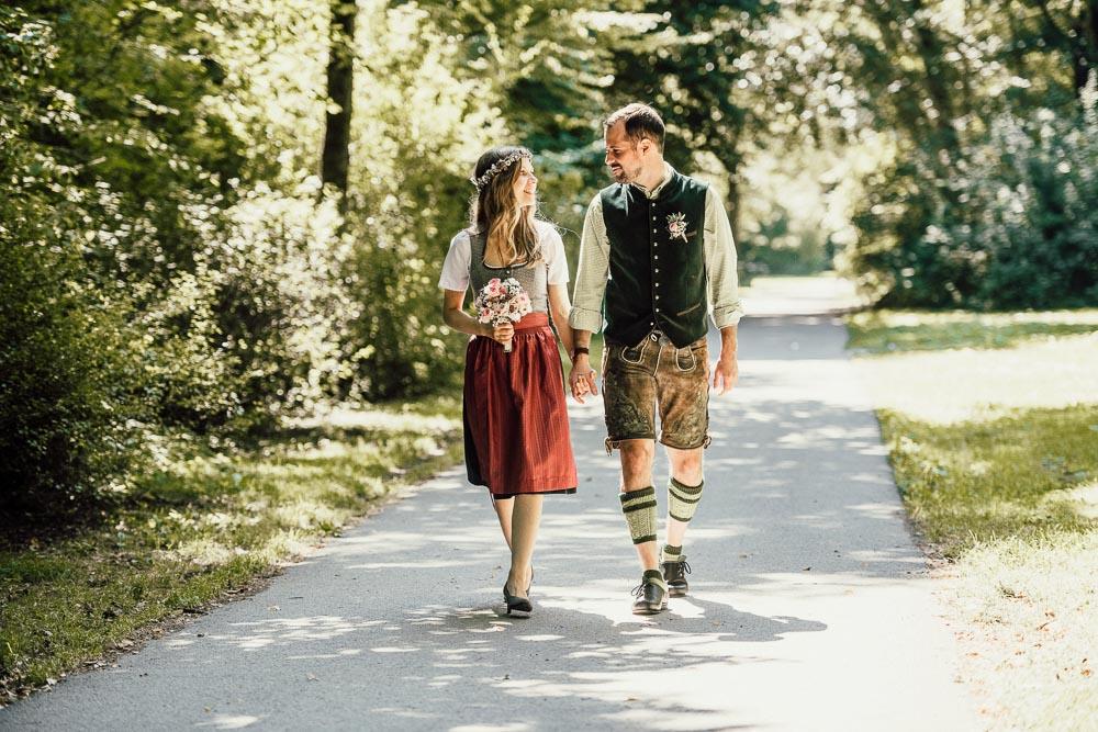 Hochzeits-Fotografie München, Brautpaar in Tracht im Englischen Garten