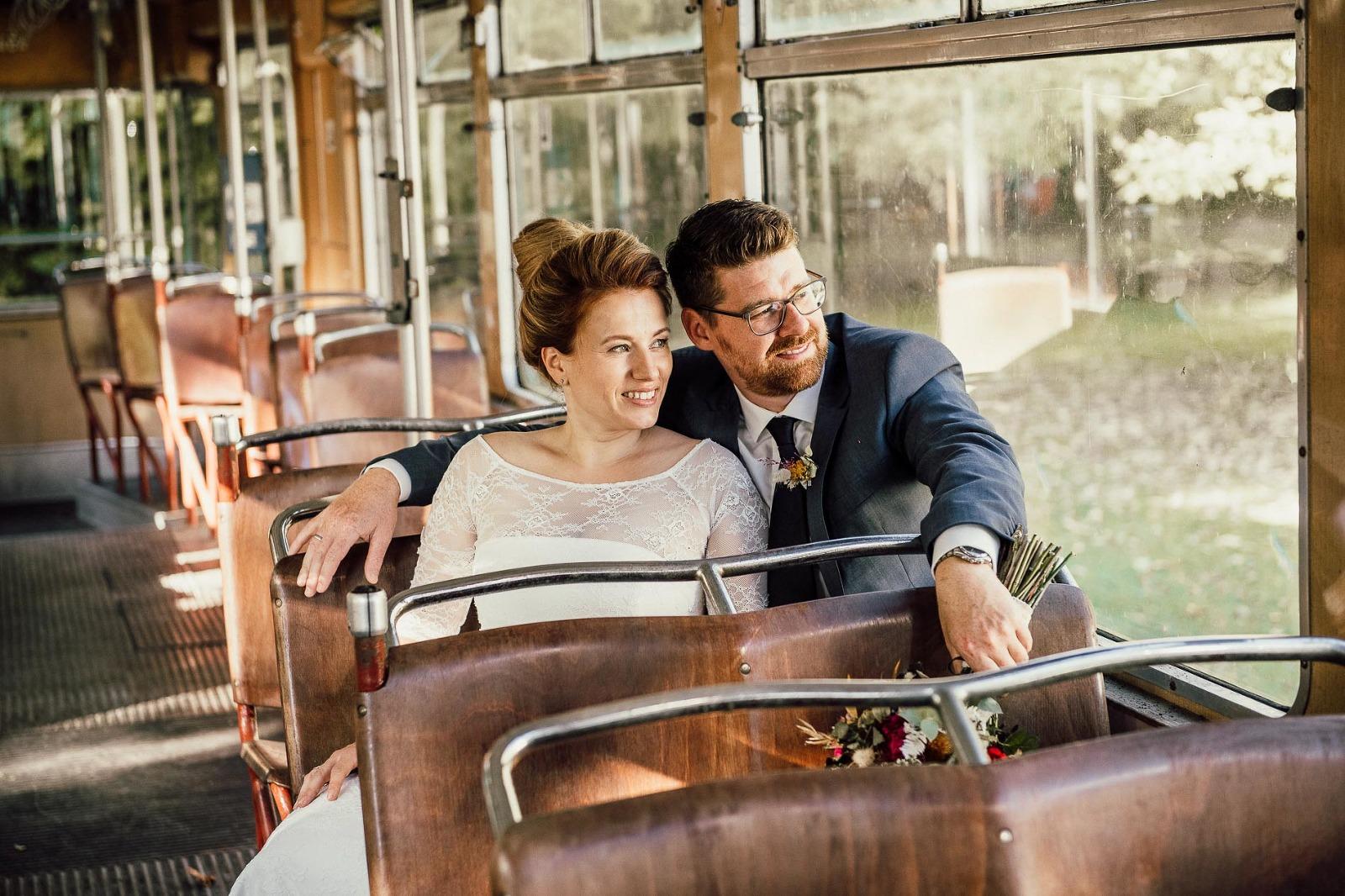 Hochzeitsfotografie München, Brautpaarfoto in der Tram in Straßlach bei Grünwald