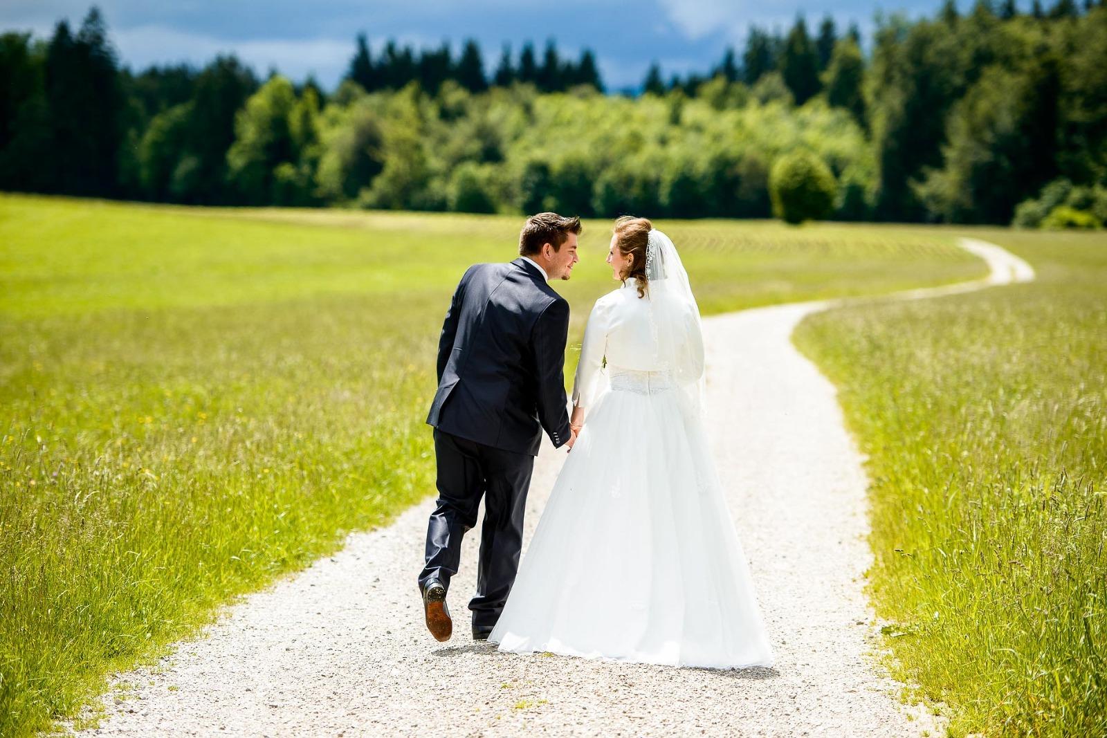 Hochzeitsfotograf Holzkirchen bei München, Brautpaarfoto auf dem Feldweg