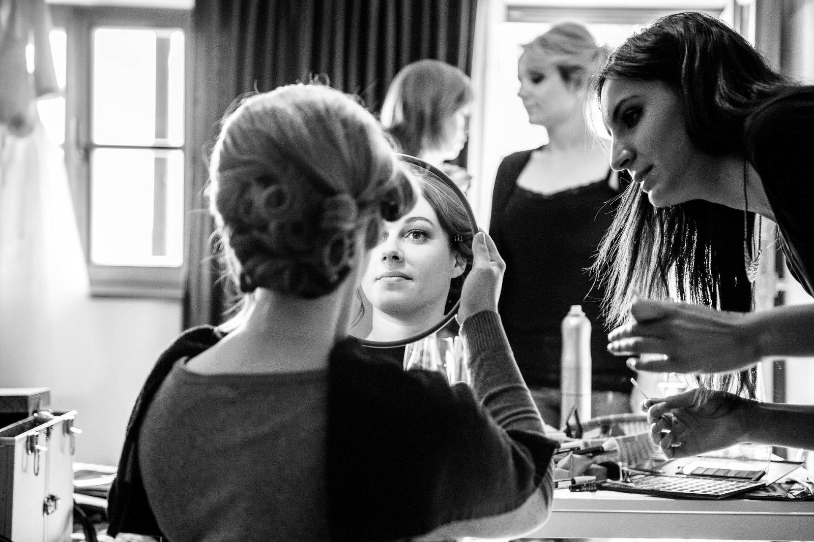 Hochzeitsfotografie München, Braut schaut in den Spiegel beim getting ready