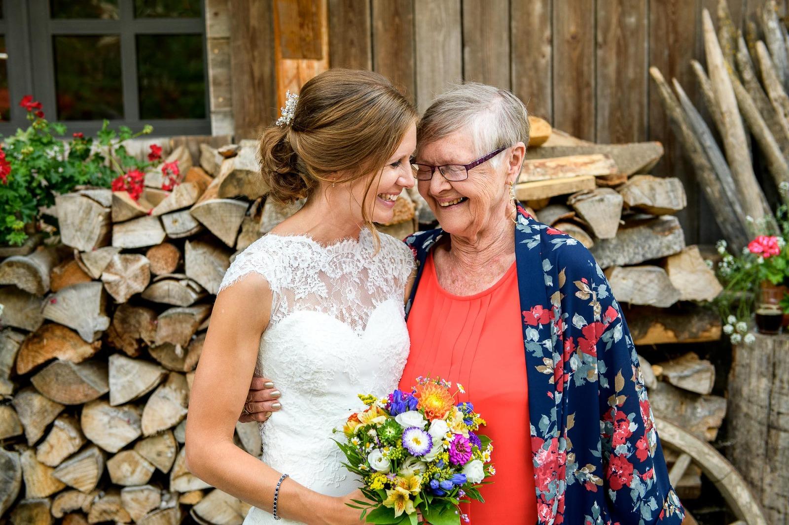 Hochzeits-Foto-Reportage München, Braut umarmt ihre Oma