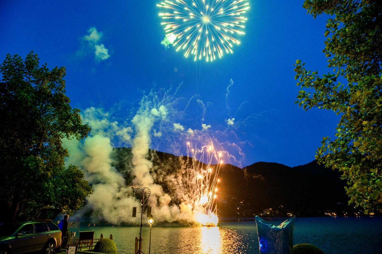 Hochzeits-Foto-Reportage Tegernsee, Feuerwerk in Rottach-Egern im Hotel Überfahrt