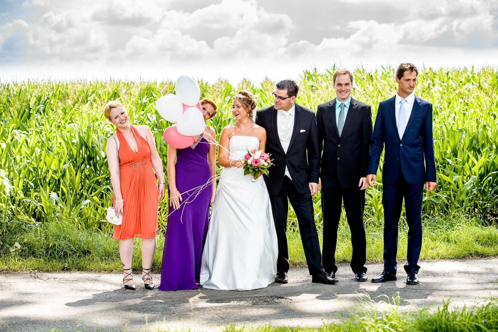 Hochzeitsfotograf München, lustiges Gruppenbild mit Luftballons am getreidefeld