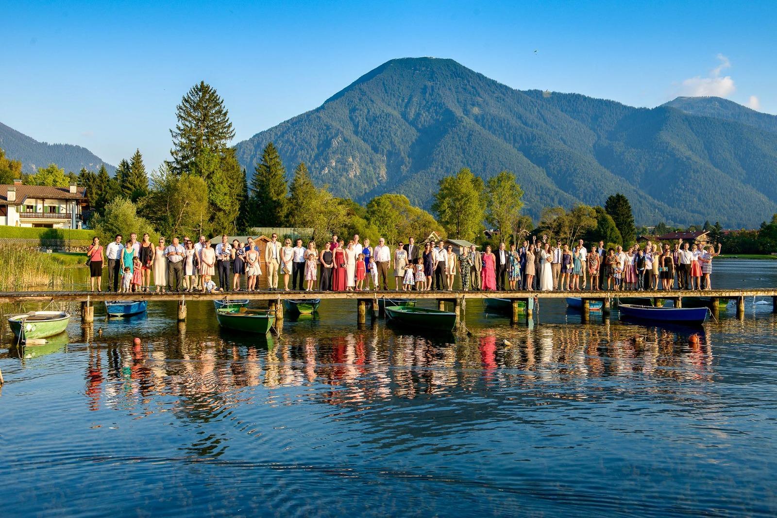 Hochzeitsfotograf aus München am Tegernsee, Gruppenfoto auf dem Steg am See