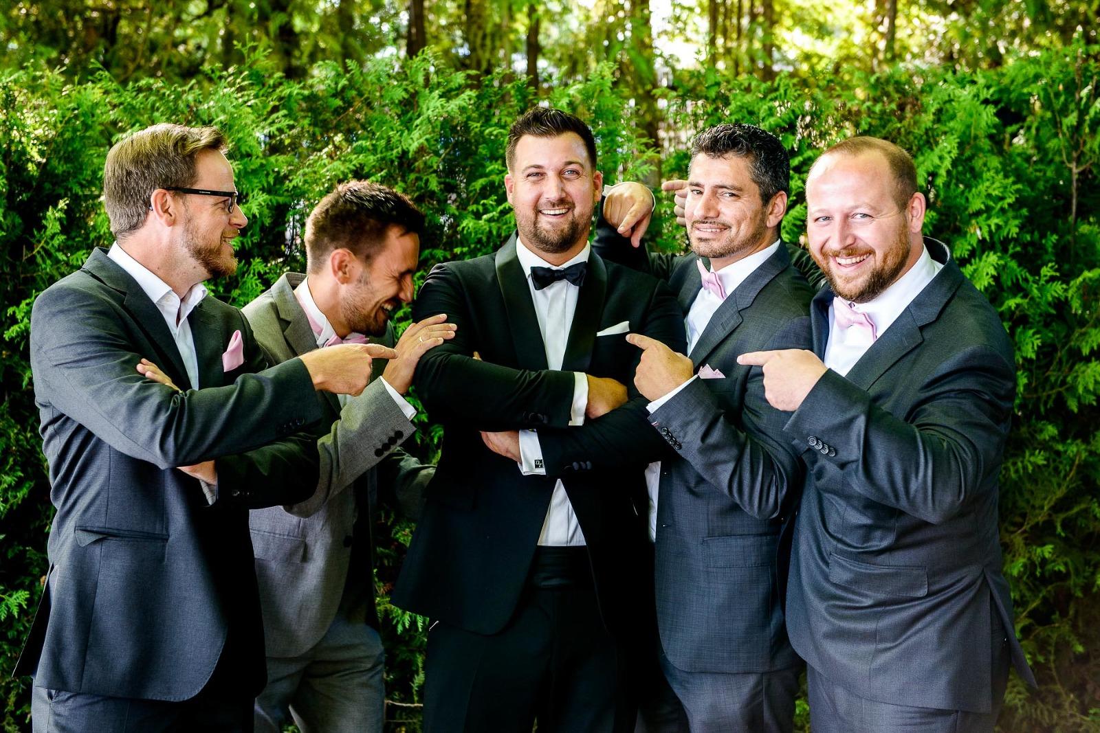 Hochzeitsfotograf München, Bräutigam mit best man bei einer Hochzeit in Stegen am Ammersee