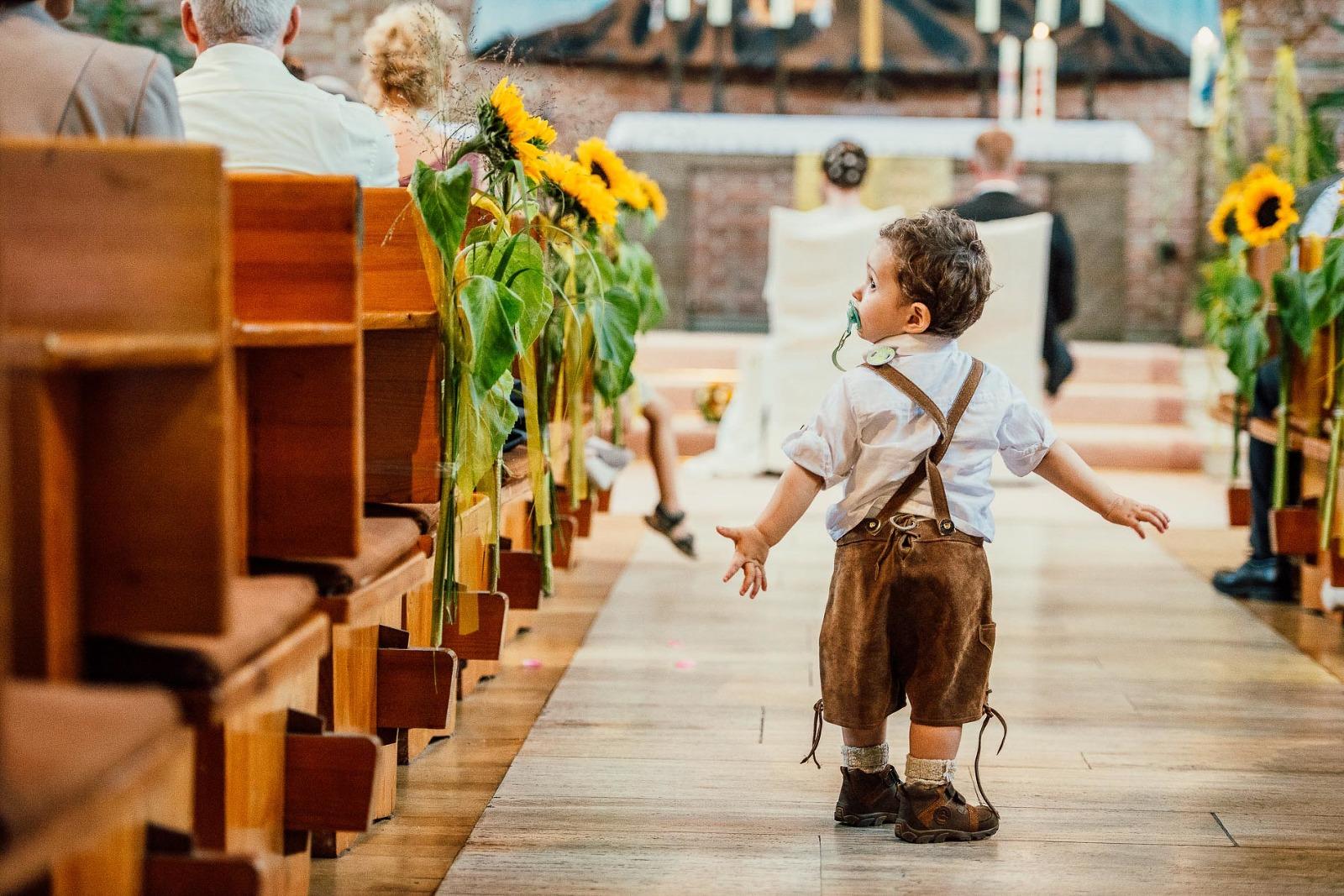 Hochzeitsfotograf aus München in Karlsfeld bei Dachau, kleiner Junge in Tracht in der Kirche