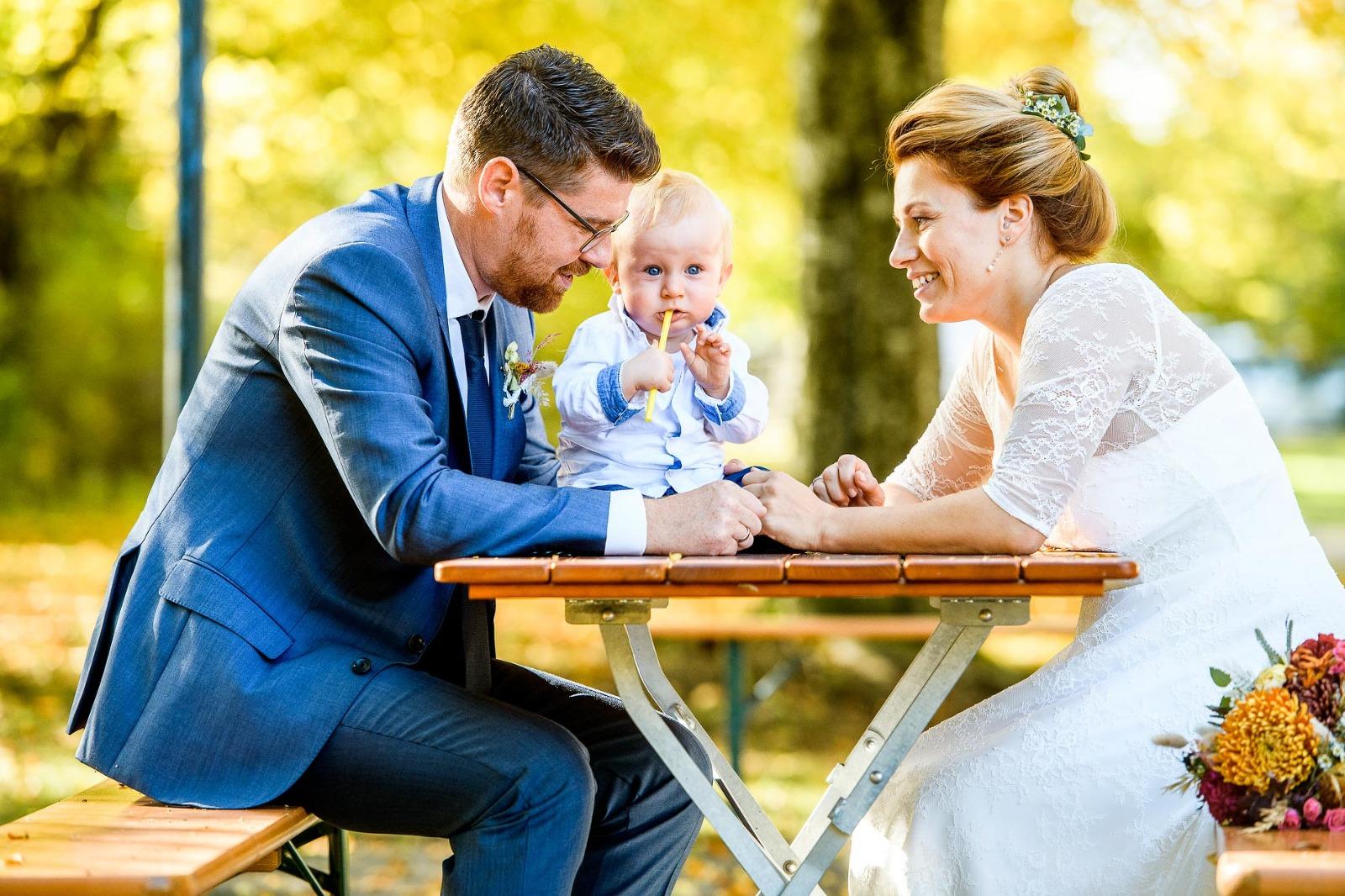 Hochzeitsfotograf München, Brautpaar mit Kind bei Hochzeit in Strasslach bei Grünwald