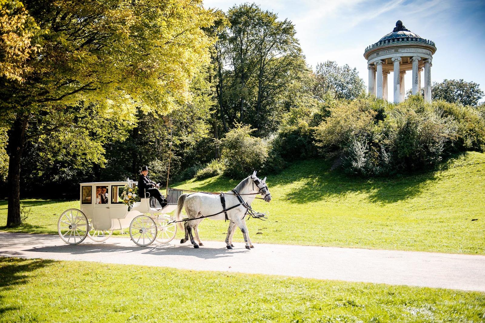 Fotograf München Hochzeit, Brautpaar in der Kutsche am Monopteros im Englischen Garten
