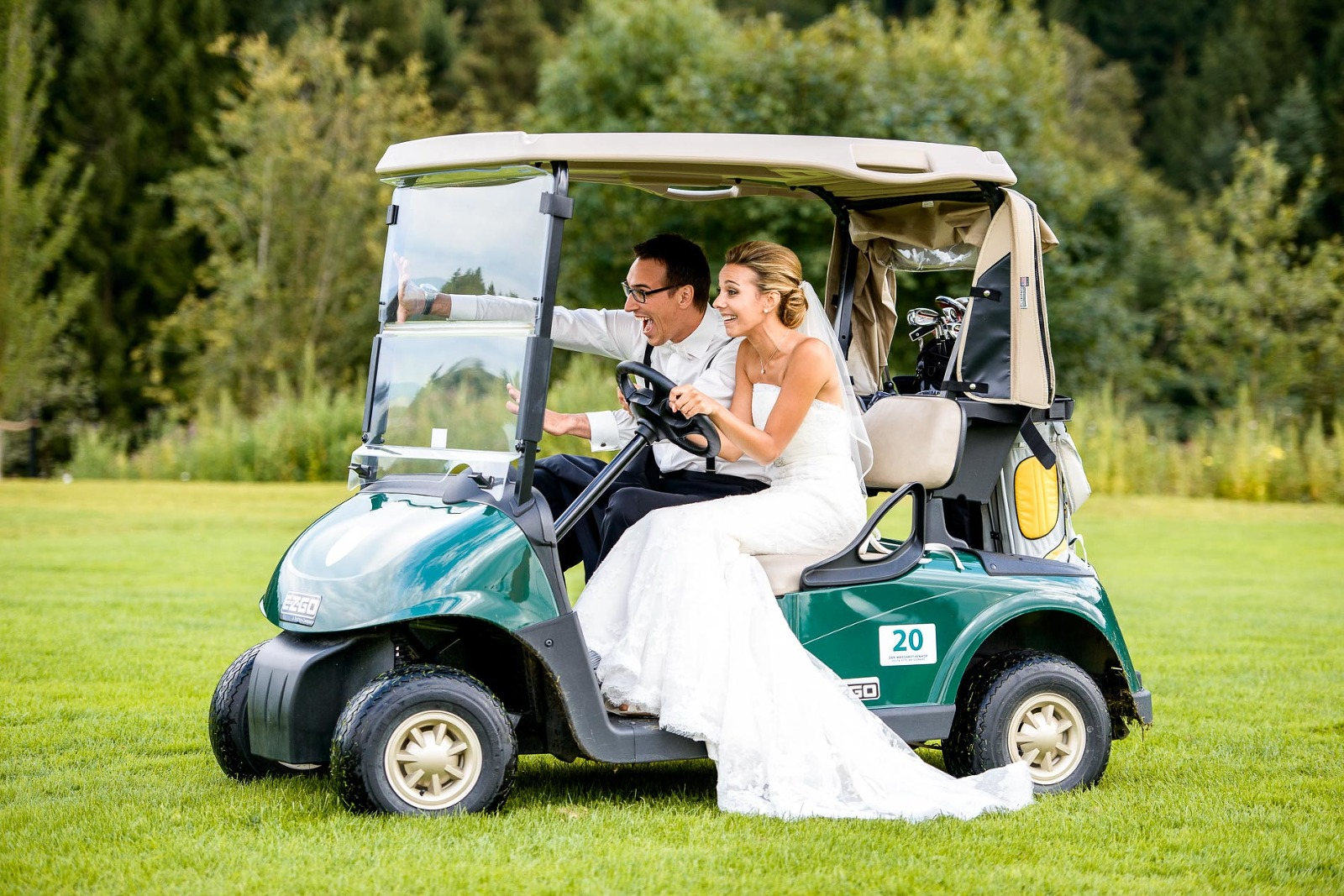 Fotograf München Hochzeit, Brautpaar im Golfwagen auf Golfplatz am Tegernsee