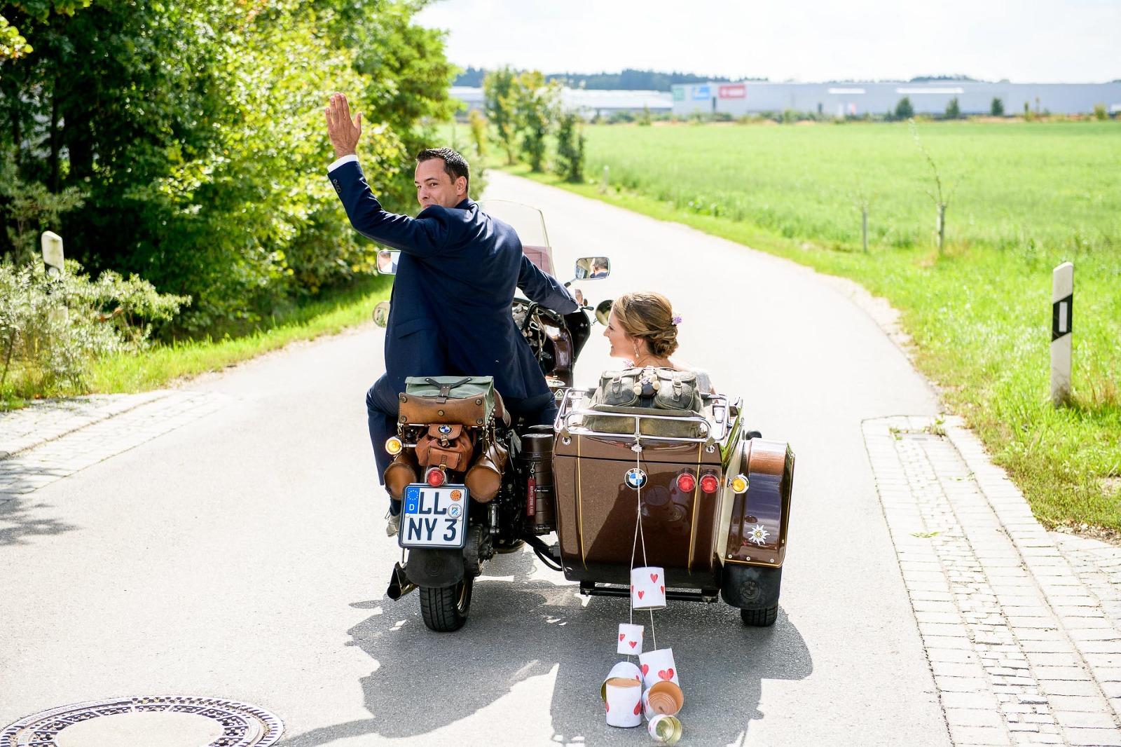 Fotograf München Hochzeit, Brautpaar auf Motorrad mit Seitenwagen und just married Blechdosen